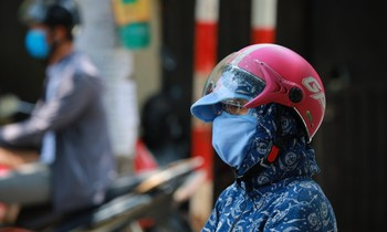 Người Hà Nội kín như bưng trong nắng nóng gần 40 độ C