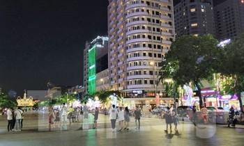Phố đi bộ Nguyễn Huệ vắng hoe tối cuối tuần