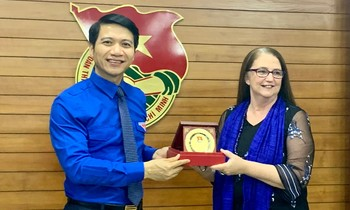 Mr. Nguyen Ngoc Luong presents a souvenir to Ms. Sharon Maree Kane at the meeting.