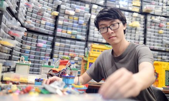 The Vietnamese boy built the Hoang Sa, Truong Sa ship from the Lego model and thanked the fishermen by the sea
