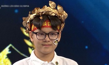 Nguyen Nhat Nam won a laurel wreath after winning the side question