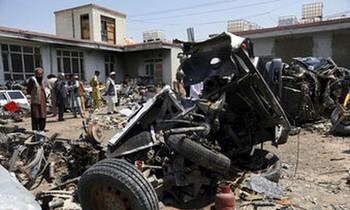 Khi quân đội Mỹ đóng gói rời khỏi Afghanistan sau gần 20 năm chiến tranh, họ đã phá hủy nhiều thiết bị và bán như phế liệu cho các đại lý địa phương. Nhiều người Afghanistan đang tỏ ra tiếc nuối và tức giận rằng hàng núi vật tư và thiết bị bị phá hủy trước khi bán cho họ. (Ảnh AP / Rahmat Gul)