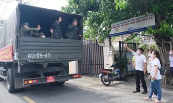 Người dân TPHCM tạm biệt bộ đội trở về đơn vị sau những ngày hỗ trợ chống dịch