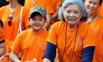 Bà Trần Tố Nga (đẩy xe) trong một lần đi bộ đồng hành cùng các nạn nhân chất độc da cam ở TP. HCM. (Ảnh: Thời đại)