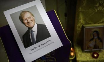 Di ảnh của cố nghị sĩ David Amess tại một nhà thờ ở thành phố Winchester, cố đô của nước Anh. Ảnh: Getty.