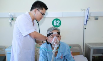 Young doctor Le Van An visits a poor patient in mountainous areas