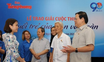 Two special guests, former Secretary of the First Central Secretary Doan Ha Quang Du and Mr. Vu Trong Kim and the award-winning authors, the delegation exchanged at the awards ceremony.  Photo: Nhu Y