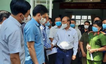 Chủ tịch nước Nguyễn Xuân Phúc trao đổi với cử tri huyện Củ Chi sau hội nghị tiếp xúc cử tri