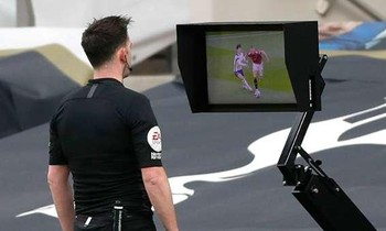 VAR tước bàn thắng của M.U, chuyên gia ầm ầm phản đối 'đó không còn là bóng đá'