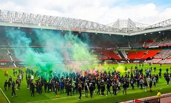 Vụ fan tràn vào sân Old Trafford đang gây tác động nặng nề với M.U