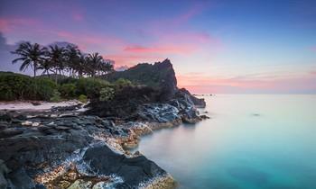 Ðảo Bé Lý Sơn với trầm tích núi lửa triệu năm. Ảnh: Bùi Thanh Trung