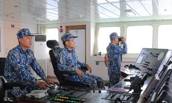 Thượng úy Thông (thứ nhất trái sang) chỉ huy tổ trực hạ neo chuẩn bị vào đảo