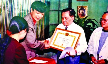 Comrade Doan Van Thai awarded the decision and awarded the 65-year-old Party Medal to NS Hoang Hoa