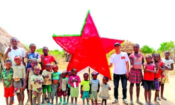 Quang Linh and his friends gave gifts and organized a Mid-Autumn Festival to poor Angolan children