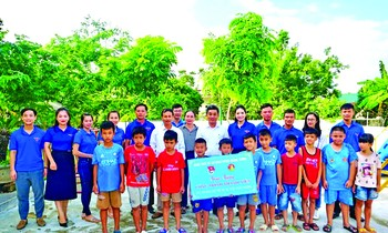 Ms. Nguyen Hong Anh - Secretary of Doan Quang Xuong District (Thanh Hoa) at the amusement park handed over to the localities