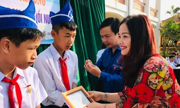Presenting the 'Brave youth' badge to 3 students who saved people from drowning