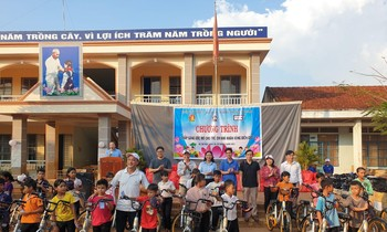 Lighting fun for more than 400 ethnic minority children in border areas