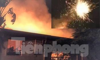 Lửa cháy rực kèm tia phóng lên trời như pháo hoa tại hai công ty ở Bình Dương