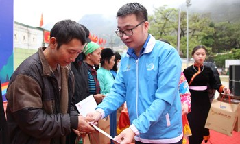 Mr. Nguyen Tuong Lam gave gifts to households with difficult circumstances.