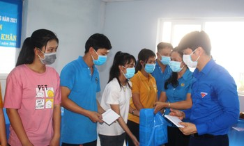 Central Youth Union gives gifts to disadvantaged workers in Tra Vinh