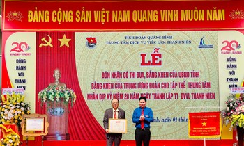 Authorized by the Central Youth Union, Doan Quang Binh province awarded the Certificate of Merit to the collective service center of Quang Binh province.