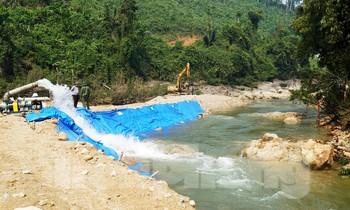 Nắn chỉnh dòng, hút cạn nước sông Rào Trăng để tìm kiếm nạn nhân mất tích.