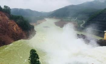 Thủy điện Hương Điền nhận lệnh tạm dừng vận hành điều tiết nước qua tràn để phục vụ công tác tìm kiếm người mất tích trên sông Bồ.