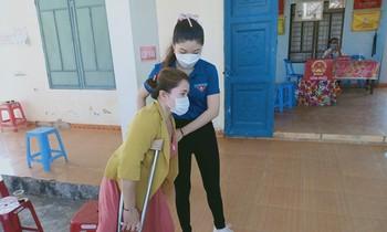 Volunteers in Dien Hong commune, Dien Ban town, Quang Nam support people to vote.