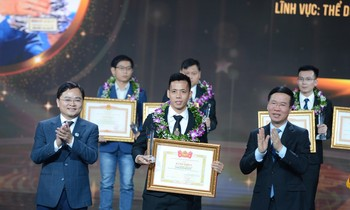 Member of the Politburo, Standing Member of the Secretariat Vo Van Thuong and Member of the Party Central Committee, First Secretary of the Youth Union, and President of the Vietnam Youth Union Nguyen Anh Tuan awarded awards to Young Faces of Vietnam will be spent in 2020.