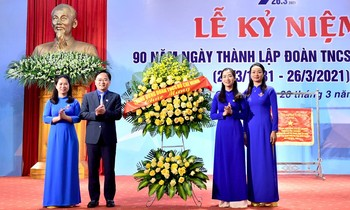 Mr. Nguyen Anh Tuan, Member of the Party Central Committee, First Secretary of the Youth Union, Chairman of the Vietnam Youth Union Association presented flowers to congratulate Doan Tuyen Quang province.