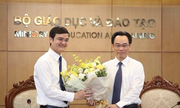 Deputy Minister Hoang Minh Son (right) presents flowers to congratulate Mr. Bui Quang Huy, Alternate Member of the Party Central Committee, Permanent Secretary of the Central Committee, Chairman of the Vietnam Academy of Vietnamese Students on the occasion of the Ho Chi Minh Communist Youth Union's 90th anniversary year.