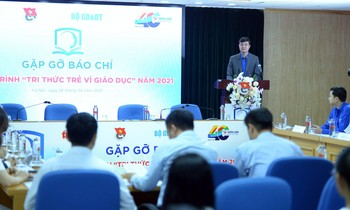 Mr. Bui Quang Huy, alternate member of the Central Committee of the Communist Party, Permanent Secretary of the Central Committee of the Youth Union, and Chairman of the Central Vietnam Association of Vietnamese students spoke at the program.  Photo: Duong Trieu