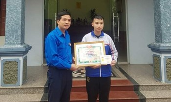 On behalf of the Central Youth Union, Secretary of the Youth Union of Bac Ninh Nguyen Duc Sam presented the Brave Youth badge to Nguyen Van An