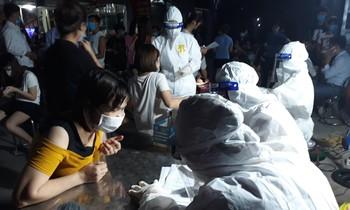 Cơ quan chức năng tỉnh Bắc Giang lấy mẫu xét nghiệm cho công nhân và người dân liên quan ổ dịch Khu công nghiệp Vân Trung