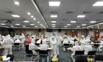 Cơ quan chức năng tỉnh Bắc Ninh lấy mẫu xét nghiệm xuyên đêm cho công nhân Cty Samsung ở Bắc Ninh