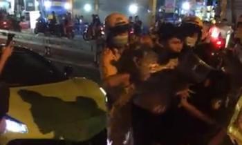 Thanh niên bị còng tay sau khi lăng mạ CSGT.