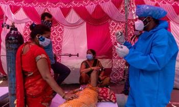 Nữ bệnh nhân thở oxy tại đền Sikh. Ảnh: Reuters