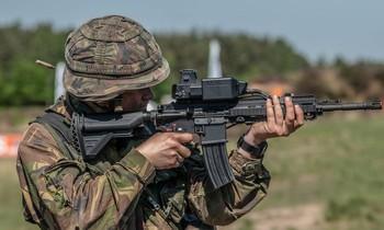 Một khẩu súng trường được lắp hệ thống ngắm mục tiêu tự động SMASH 2000. Ảnh: Smart Shooter.