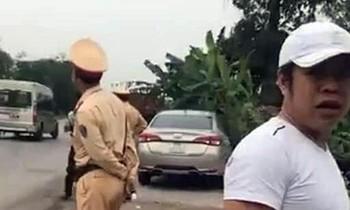 Người đàn ông lạ có dấu hiệu tấn công tài xế ghi hình giám sát tổ CSGT trên QL 10, thuộc địa phận huyện Thủy Nguyên (TP Hải Phòng). Ảnh: Cắt từ clip