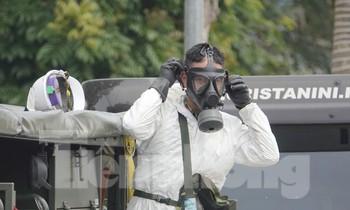 Chiến sĩ Binh chủng Hoá học đeo mặt nạ phòng hoá trước khi vào khử trùng Bệnh viện Bệnh nhiệt đới Trung ương cơ sở 2, ngày 6/5. Ảnh: Nguyễn Minh