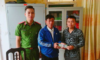 Mr. Luong Van Phu (right cover) returns 38 million VND he found on the way to Mr. Bui Xuan Ho - Photo: Hoang Long