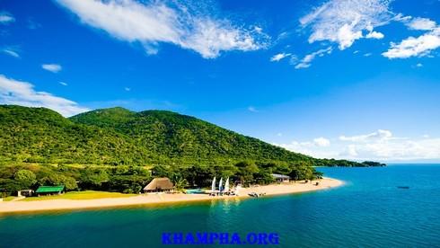 Hồ Nyasa sâu 706mét nối Mozambique với 2 quốc gia nào?