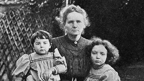 Con gái nào của bà được trao một giải Nobel hóa học trong năm 1935?