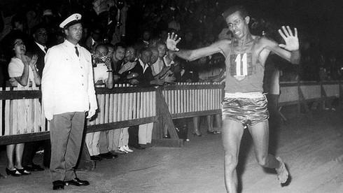 Ethiopia trở thành nước châu Phi đầu tiên giành huy chương vàng Olympic ở  nội dung thi đấu nào?