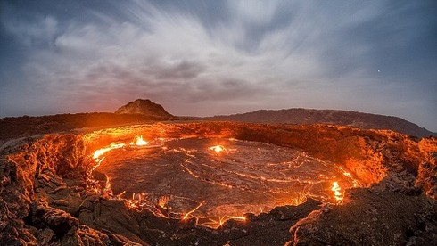 Hồ dung nham nằm bên trong núi lửa Erta Ale ở Ethiopia là hồ dung nham hoạt động lâu đời nhất trên thế giới. Biệt danh của nó là gì?