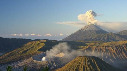 Tại Indonesia, có bao nhiêu núi lửa đang hoạt động?