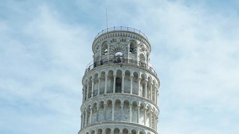 Tháp Pisa (Italy) nổi tiếng thế giới nhờ đặc điểm nổi bật gì?