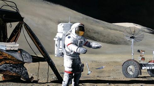 Nhà du hành David Scott từng thực hiện thí nghiệm thả một cái búa và một cái lông chim trên Mặt Trăng. Sau  đó, ông để lại vật gì khi trở về Trái Đất?