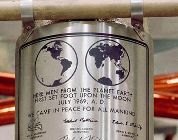 Tổng thống Mỹ duy nhất nào có chữ ký trên bề mặt vệ tinh tự nhiên của Trái Đất?