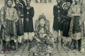 Theo Đại Việt sử ký toàn thư, vua nhà Lý nào dưới đây lên ngôi năm 3 tuổi?